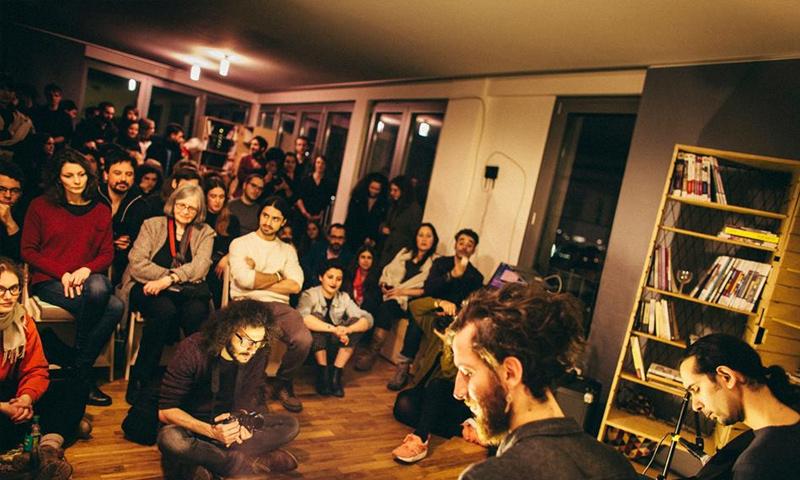 إحدى النشاطات في المكتبة بحضور ألمان (بيناتنا فيس بوك)
