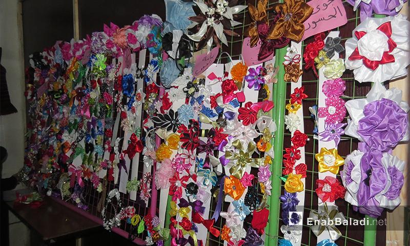 """إكسسوارات ضمن معرض """"النساء الآن"""" في معرة النعمان بإدلب - 12 شباط 2017 (عنب بلدي)"""