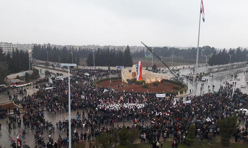 """مسيرة موالية للنظام في محيط دوار """"النسر"""" بمدينة حماة- الاثنين 13 شباط (فيس بوك)"""