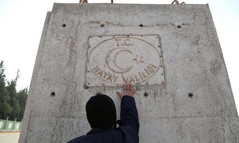 قطعة بيتونية مخصصة للجدار العازل في ولاية هاتاي التركية (وكالات)