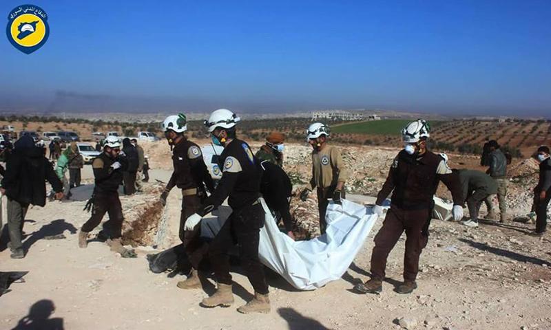"""الدفاع المدني ينتشل جثث مقاتلي """"الجيش الحر"""" في خان شيخون- الخميس 23 شباط (فيس بوك)"""