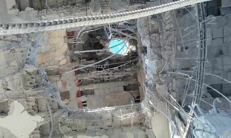 آثار الغارات الجوية على مبنى الهلال الأحمر في مدينة إدلب_(فيس بوك)