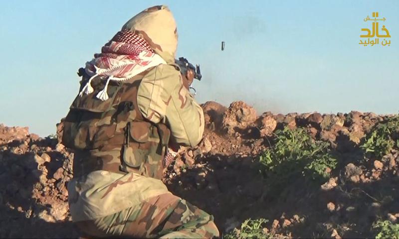 """مقاتل من """"جيش خالد"""" خلال معارك ريف درعا الغربي - 23 شباط 2017 (جيش خالد)"""