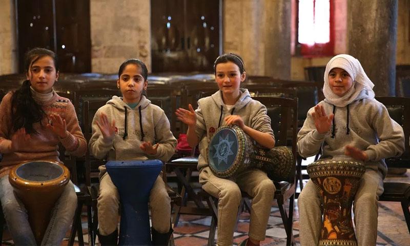 أطفال سوريون يعزفون في فرقة إيقاع تركية - (الأناضول)