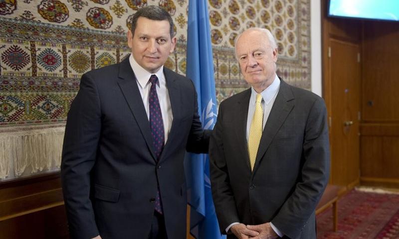 المبعوث الأممي إلى سوريا ستيفان دي ميستورا، عضو منصة القاهرة جهاد مقدسي في جنيف - 2017 (إنترنت)