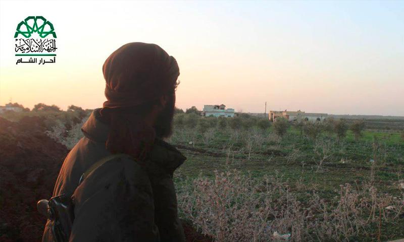 """مقاتل من """"حركة أحرار الشام الإسلامية"""" قرب بلدة حيط غرب درعا - 25 شباط 2017 (أحرار الشام)"""