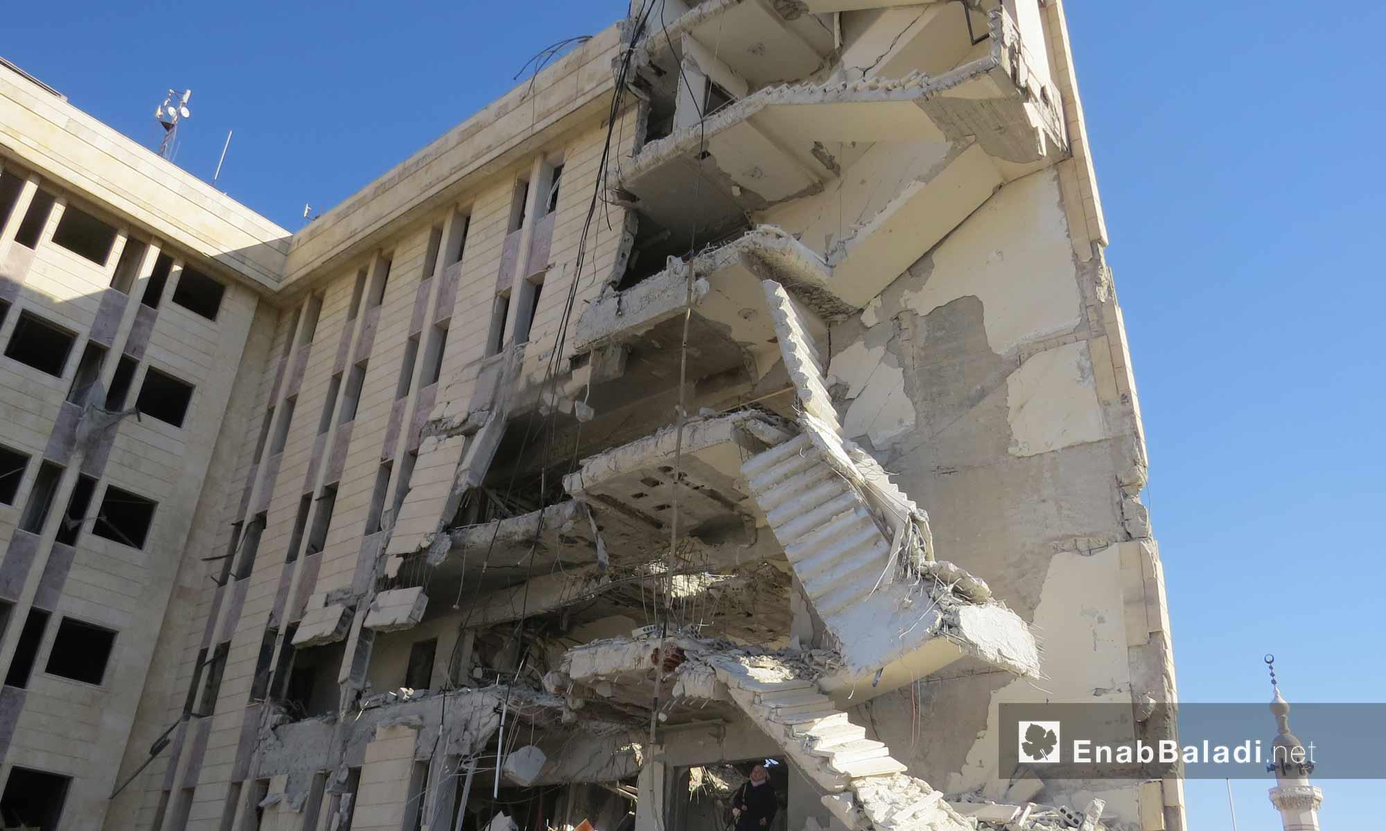 آثار القصف الجوي على مبنى الهلال الأحمر في مدينة إدلب_1 شباط 2017_(عنب بلدي)
