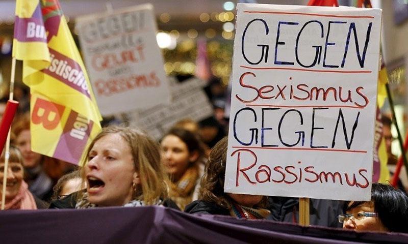 مظاهرة لنساء ألمانيات احتجاجًا على اعتداء اللاجئين في كولونيا - كانون الثاني 2016 - (انترنت)