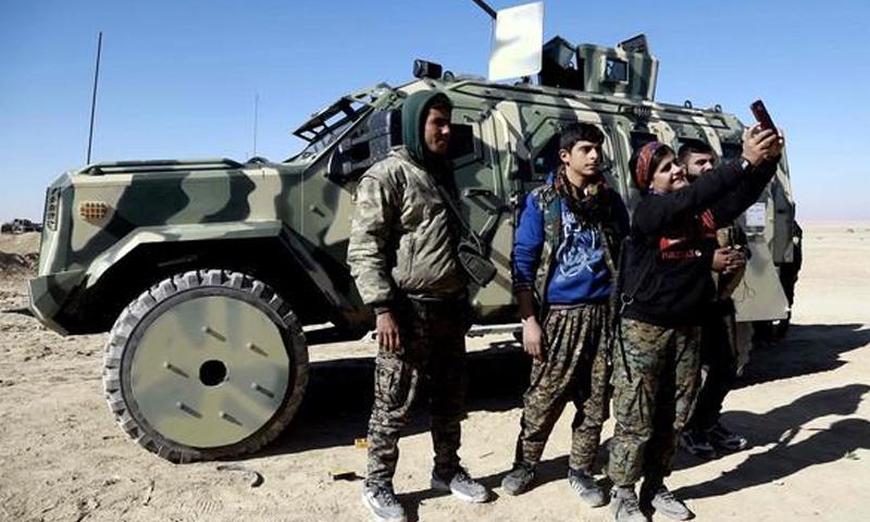 مدرعة أمريكية تابعة لقوات سوريا الديموقراطية في محيط الرقة_4 شباط_(AFP)