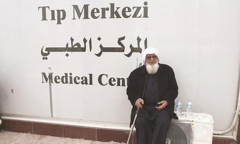 عجوز سوري في مركز طبي تركي في مدينة مرسين التركية- 2015 (AFP)
