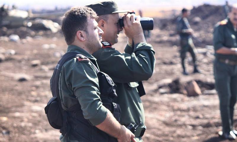 أرشيفية- ضابطان من قوات الأسد على أطراف مدينة حلب (فيس بوك)