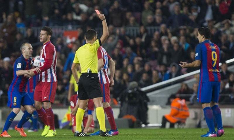 لحظة طرد مهاجم برشلونة لويس سواريز - الثلاثاء 7 شباط - (صحيفة سبورت)