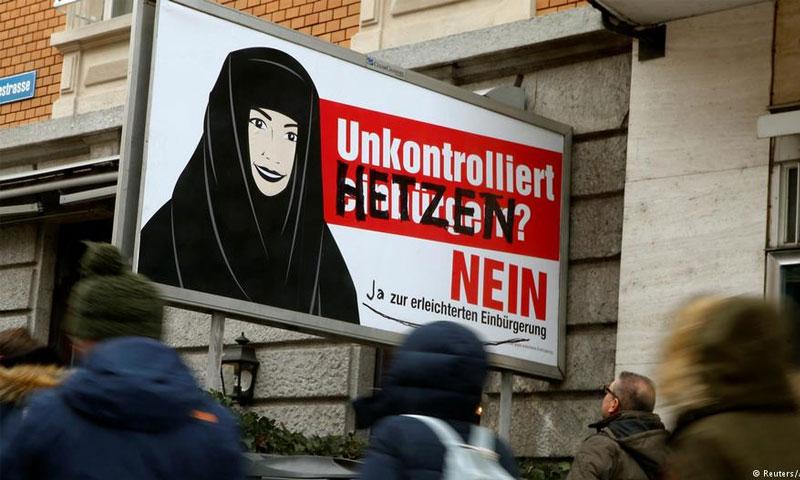"""لافتة رفعها حزب اليمين الشعبوي كتب عليها """"لا تجنيس دون تدقيق"""" - الأحد 12 شباط - (رويترز)"""