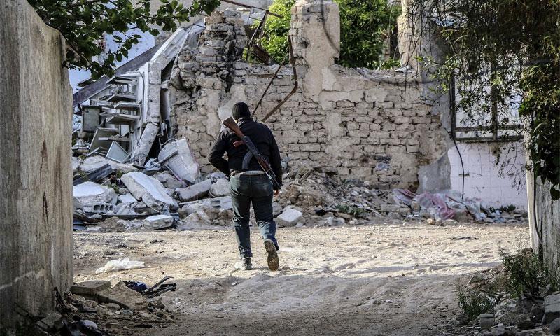 مقاتل من المعارضة السورية في ريف دمشق كانون الأول 2016 (AFP)