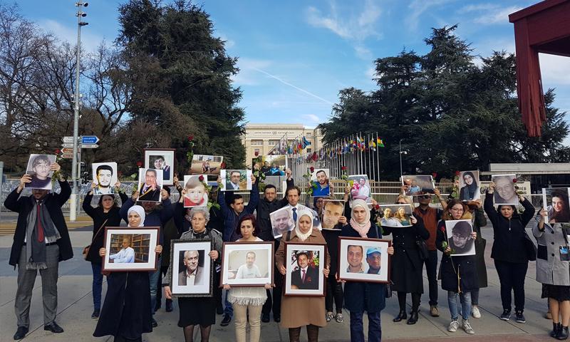 سيدات سورياتذوات معتقلين ومختفين قسريًا تنظمن وقفة أمام مقر الأمم المتحدة في جنيف 23 شباط 2017 (سيريان كامبين)