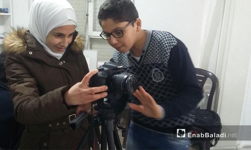 سمر عيني وذيب الخالدي أثناء الترديب على الورشات الصحفية في أورفة التركية - تشرين الأول 2016 (عنب بلدي)