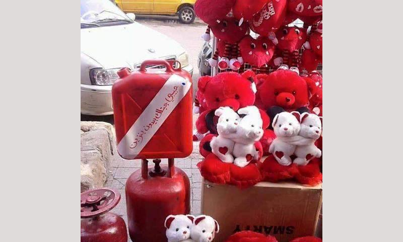 أحد محال الهدايا في دمشق يبيع جرة غاز وبيدون مازوت أحمر - (فيس بوك)