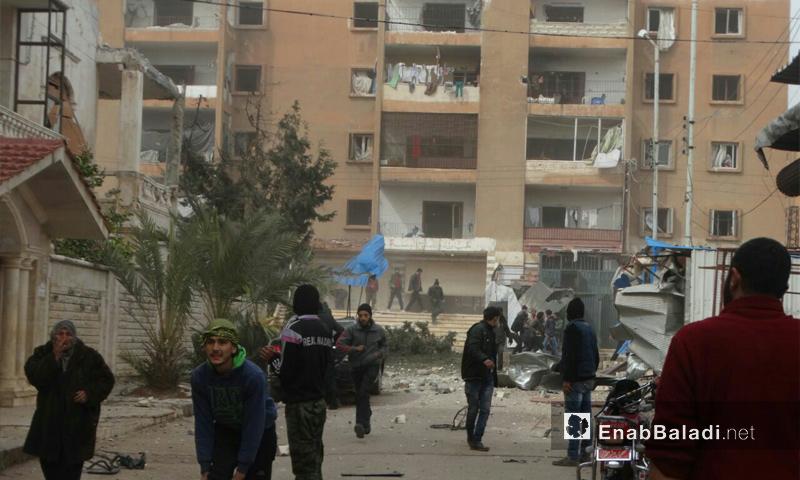 أهالي حي الوعر في حمص يتجمعون بعد قصفه من قبل قوات الأسد - 8 شباط 2017 (عنب بلدي)