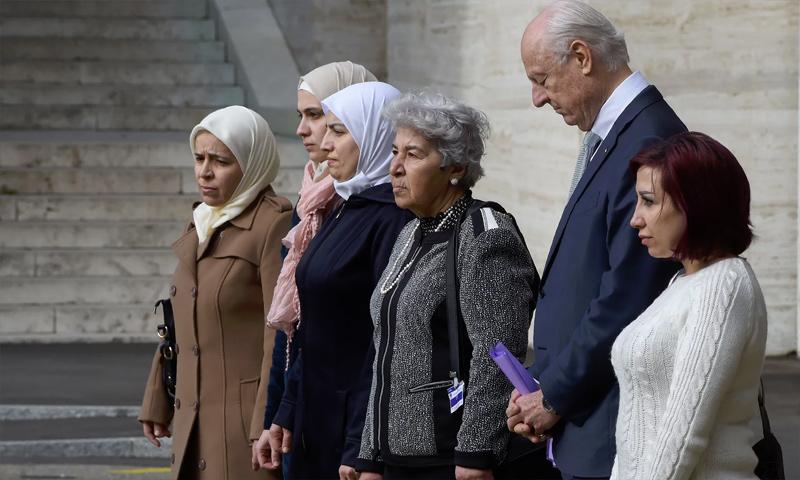 سيدات سوريات ذوات معتقلين ومختفين قسريًا إلى جانب المبعوث الأممي، ستيفان دي ميستورا، 23 شباط 2017 (AFP)