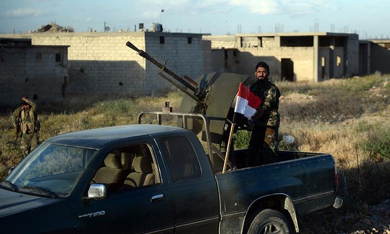 مقاتل من ميليشيا الدفاع الوطني في ريف حمص الشرقي_كانون الثاني 2017_(سبوتنيك)