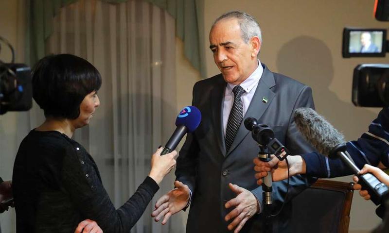تعبيرية: الدكتور يحيى العريضي، مستشار الهيئة العليا إلى جنيف، متحدثًا لوكالات إعلامية قبل اجتماعات أستانة 2017 (AFP)