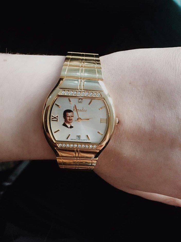 ماريانا ناوموفا ترتدي ساعة عليها صورة بشار الأسد