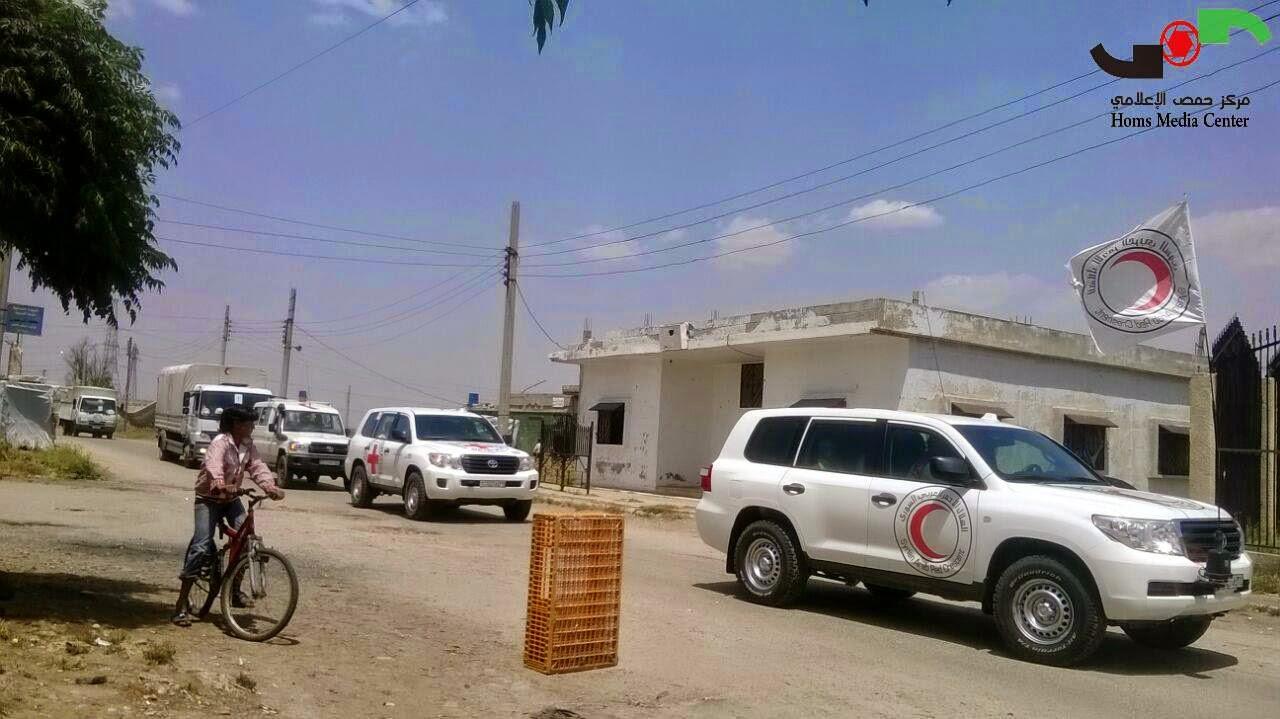 أرشيفية- دخول وفد من الصليب الأحمر إلى الدار الكبيرة شمال حمص (مركز حمص الإعلامي)