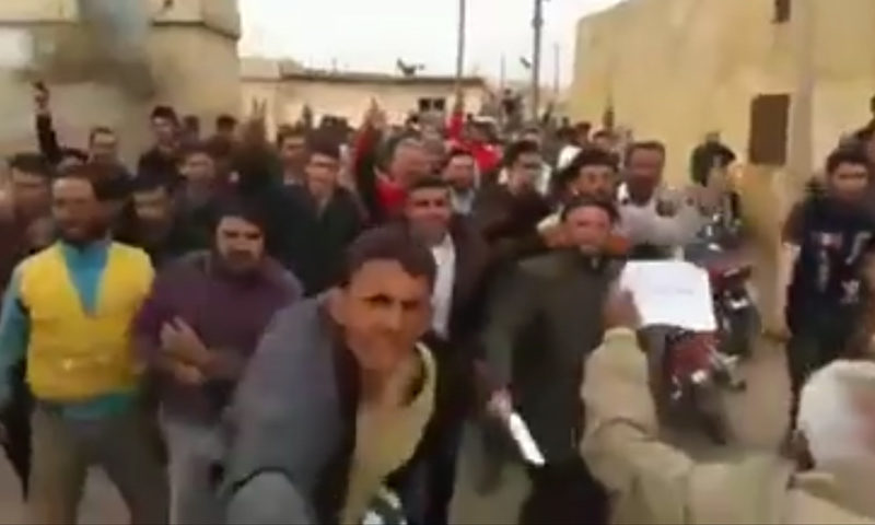 أهالي من قرية ترملا بريف إدلب الجنوبي يهتفون لبشار الأسد- الثلاثاء 28 شباط (فيس بوك)
