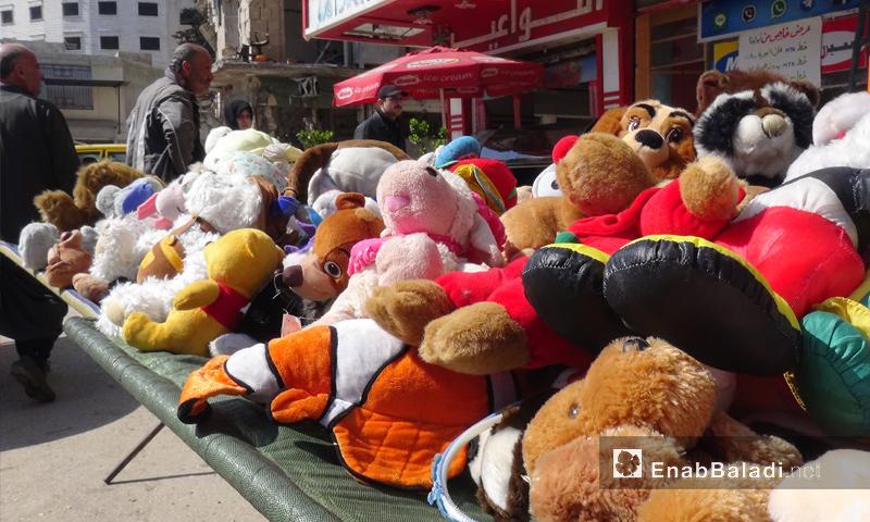بسطات الألعاب في سوق مدينة إدلب - 14 ذار 2017_(عنب بلدي)