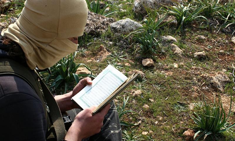 مقاتل في حركة أحرار الشام يقرأ القرآن في استراحة على جبهات ريف حلب الغربي - 5 آذار 2017 (أحرار الشام)