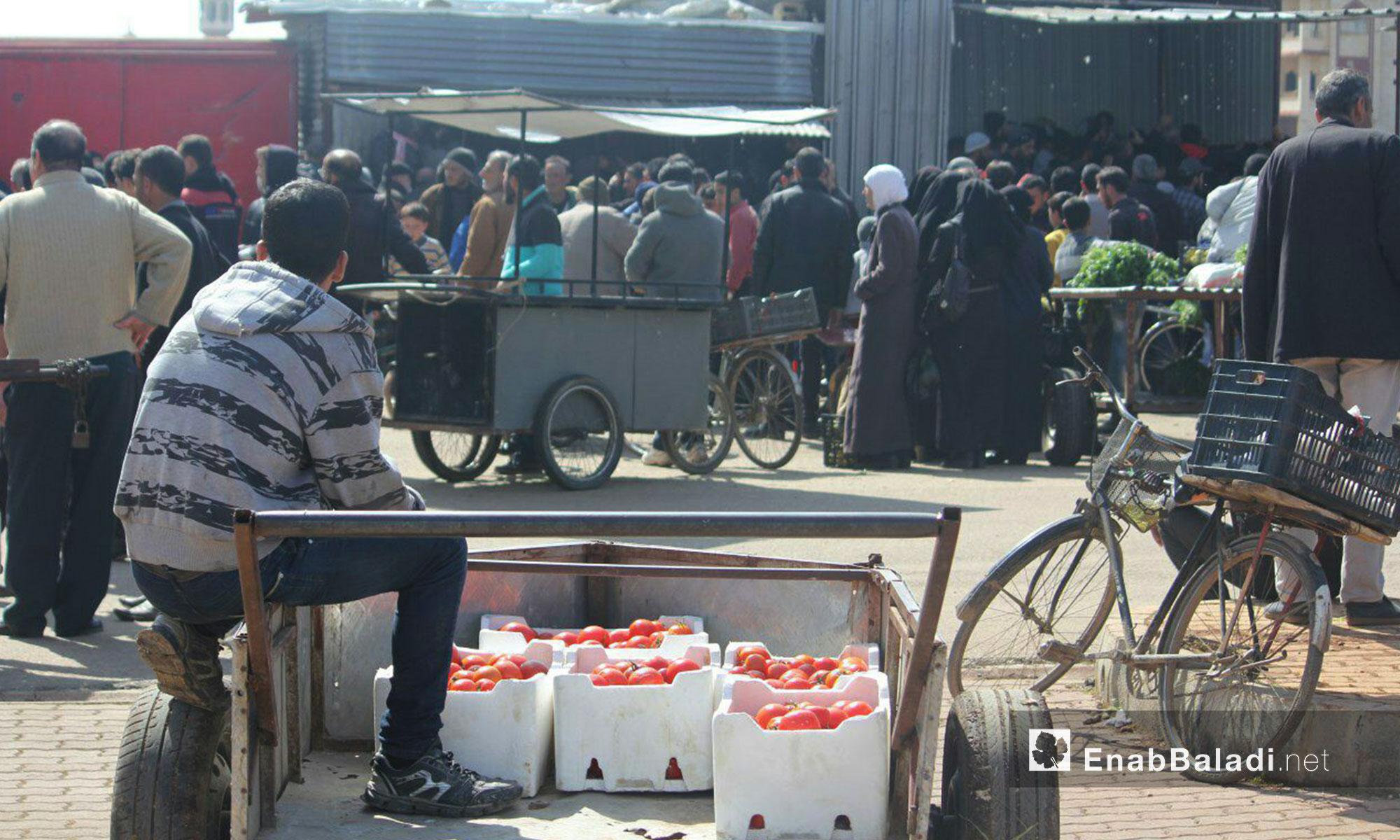 دخول سيارات الخضار والفواكه إلى حي الوعر في حمص - 19 آذار 2017 (عنب بلدي)