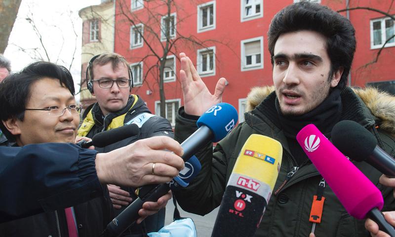 الشاب السوري أنس معضماني في مؤتمر صحفي مع محاميه - 6 شباط 2017 (AFP)