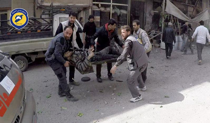 فرق الدفاع المدني أثناء عملية إسعاف جرحى القصف الجوي على الغوطة الشرقية- 19 آذار 2017 -(الدفاع المدني)