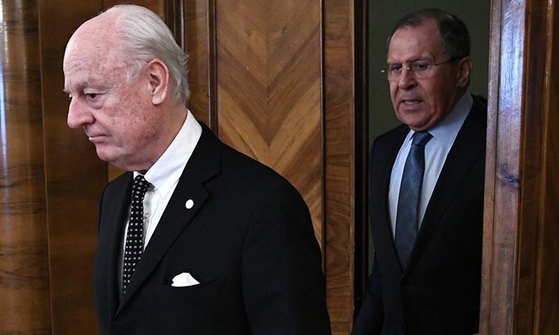 المبعوث الأممي إلى سوريا، ستيفان دي ميستورا، وخلفه وزير الخارجية الروسي سيرغي لافروف (إنترنت)