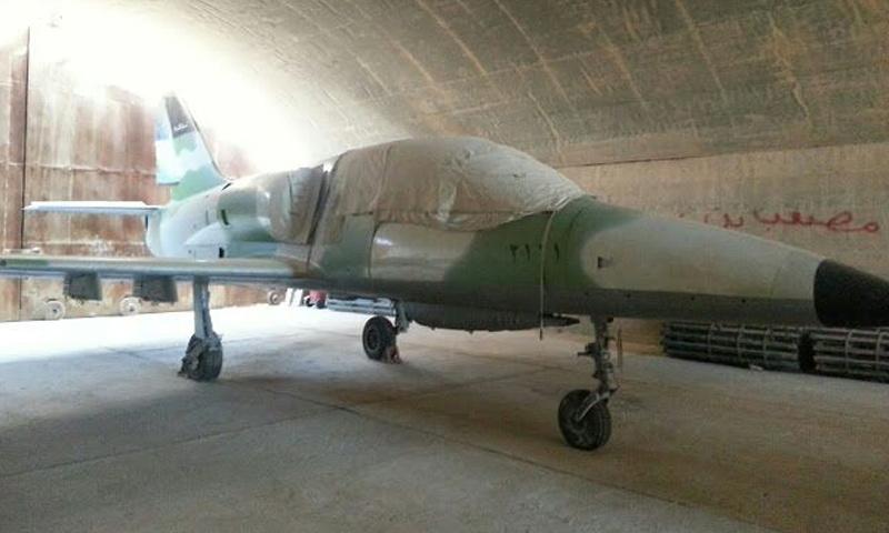 """طائرة حربية في مطار """"الجراح"""" عقب سيطرة المعارضة عليه في شباط 2013 (تويتر)"""
