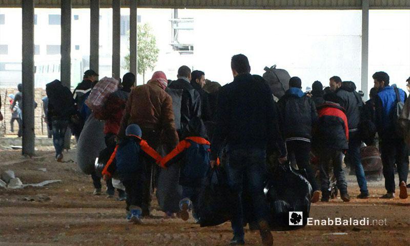 استعداد أهالي حي الوعر للمغادرة إلى الشمال السوري في القافلة الأولى - آذار 2017 - (عنب بلدي)