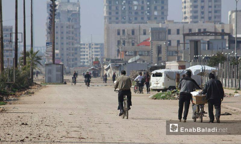 مواطنون في حي الوعر المحاصر بمدينة حمص - 5 آذار 2017 (عنب بلدي)