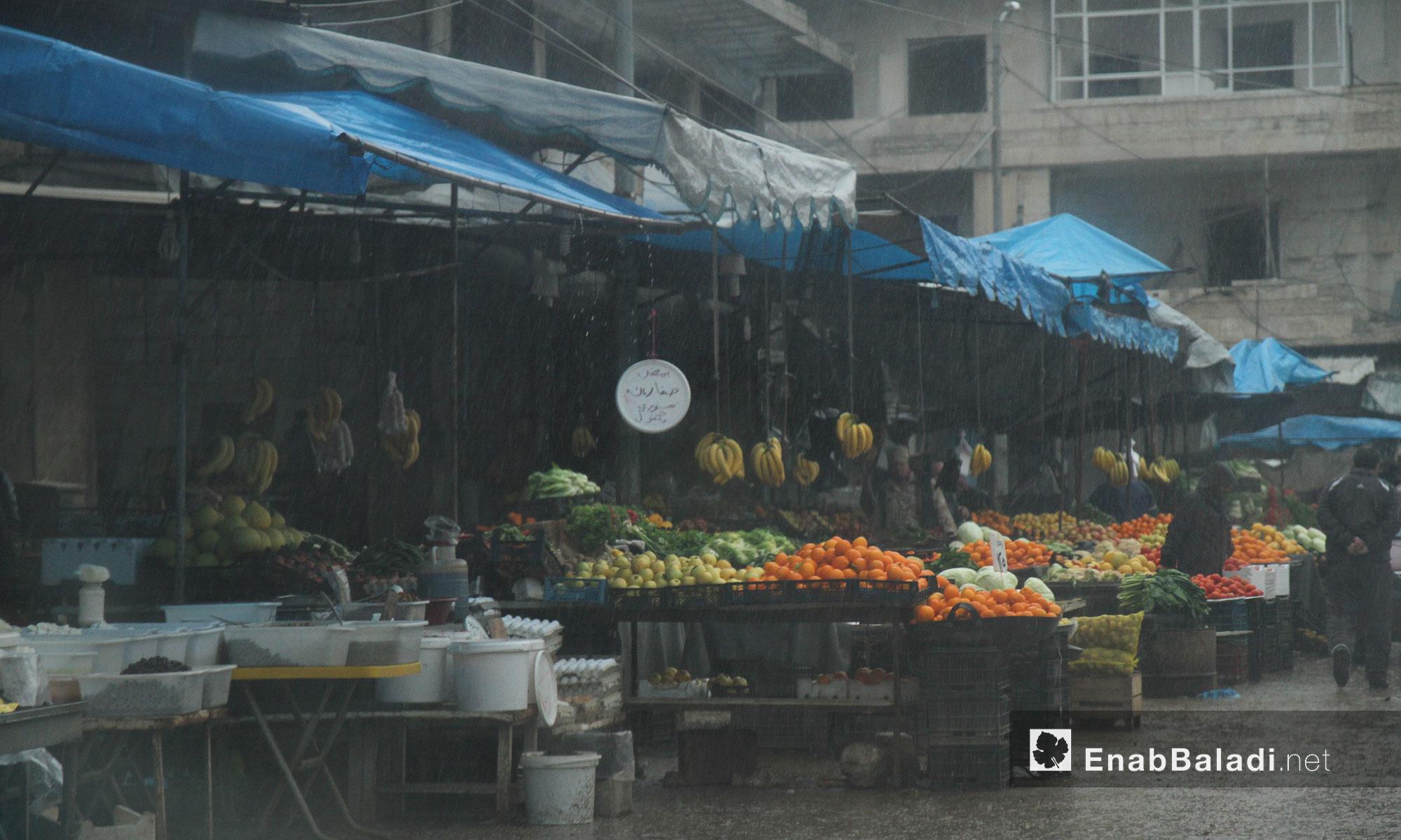 سوق الخضار والفواكه في مدينة إدلب أثناء هطول الأمطار - 11 آذار 2017 (عنب بلدي)