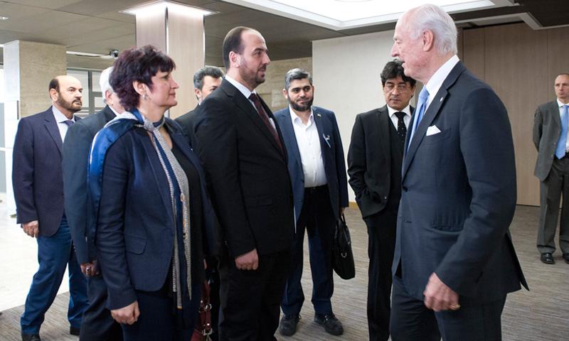 """رئيس وفد """"الهيئة العليا""""، نصر الحريري، في لقاء مع المبعوث الأممي، ستيفان دي ميستورا، في جنيف - 3 آذار 2017 (UN Photo / Violaine Martin)"""