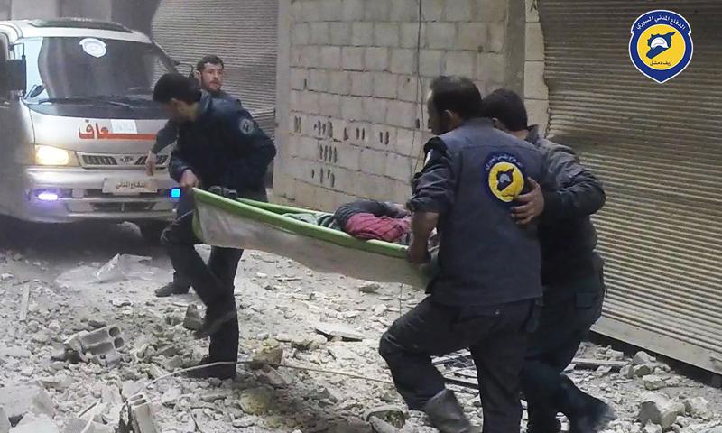 فرق الدفاع المدني تقوم بإسعاف جرحى قصف الطائرات على مدينة عربين- 5 آذار-(الدفاع المدني)