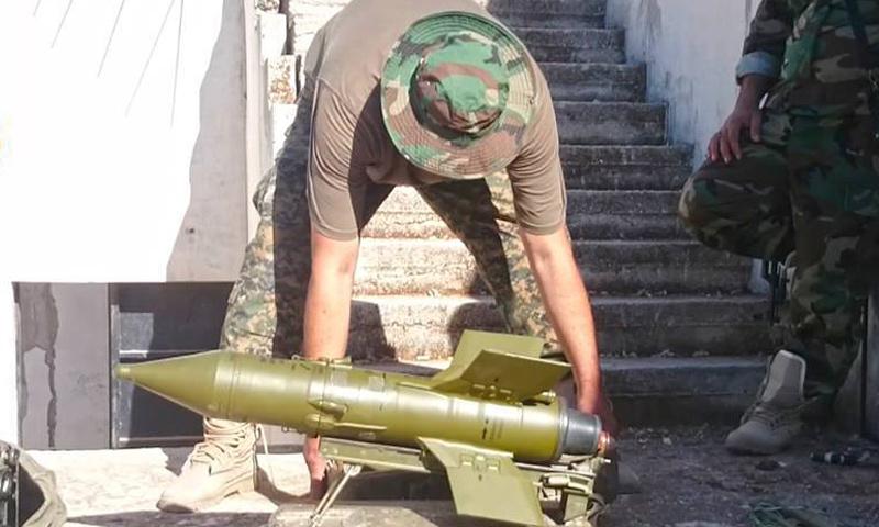 مقاتل من قوات الأسد يجهز صاروخ على جبهة بلدة قمحانة في ريف حماة الشمالي- الخميس 30 آذار (فيس بوك)