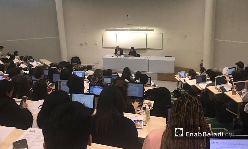 """الصحفي السوري شيار خليل يحاضر في جامعة """"باريس8""""- الأربعاء 15 آذار (عنب بلدي)"""
