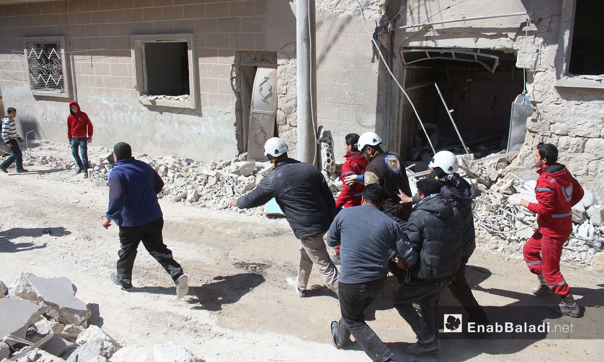 ضحايا أطفال ونساء ودمار في منازل المدنيين جراء قصف الطيران الحربي مدينة إدلب - 19 آذار 2017 (عنب بلدي)