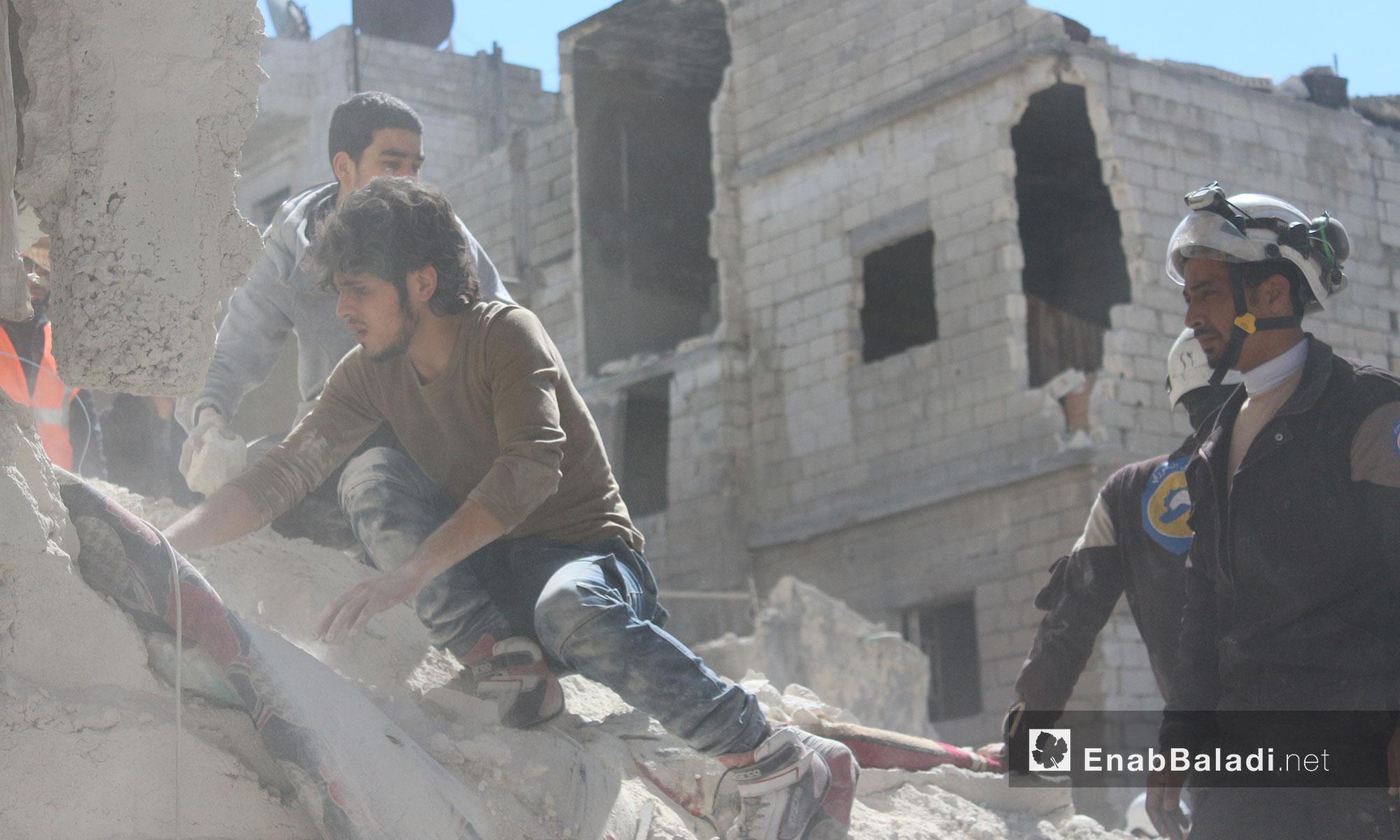 عمليات انتشال العالقين تحت الأنقاض من قبل الدفاع المدني جراء قصف الطيران الحربي مدينة إدلب - 19 آذار 2017 (عنب بلدي)