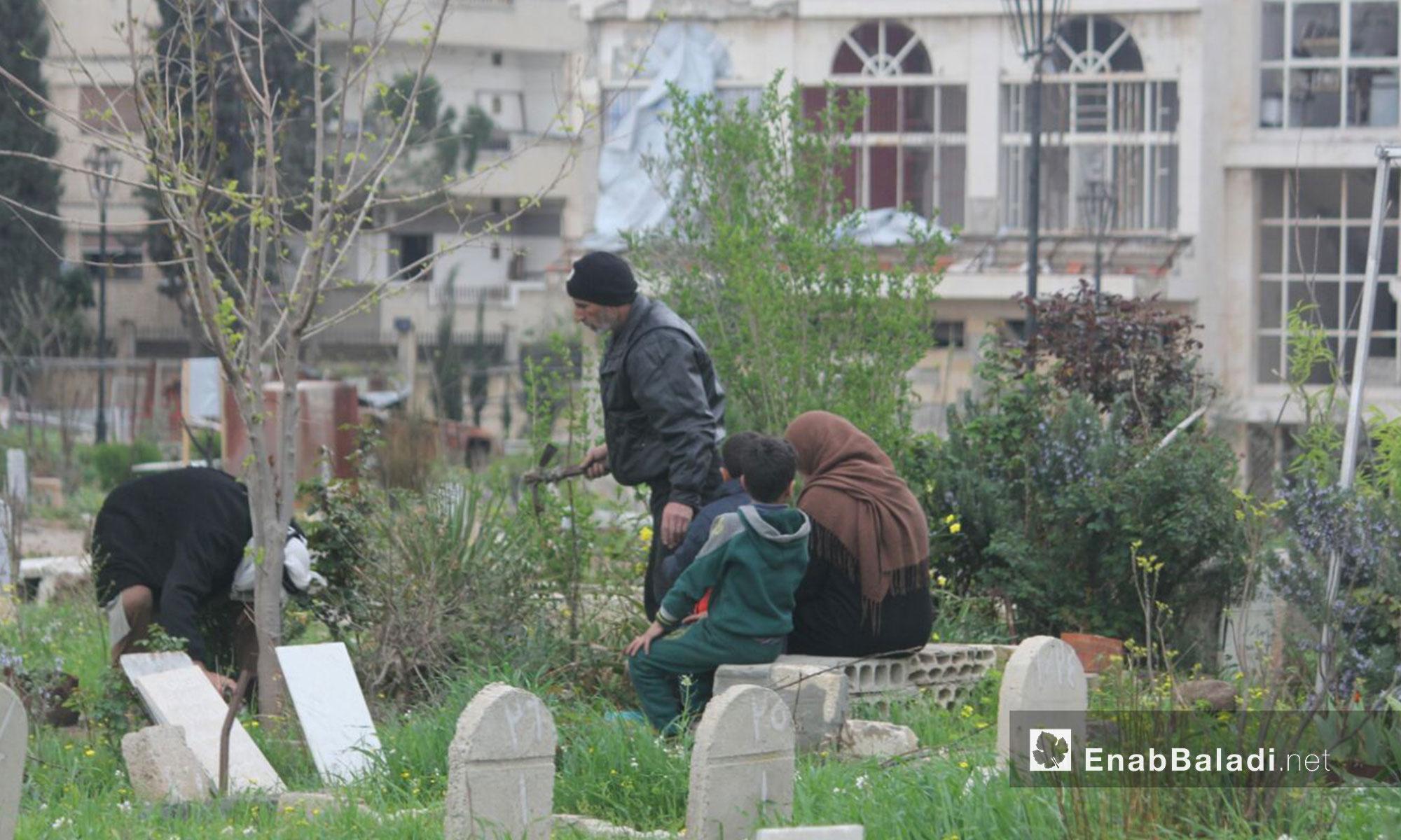 من سكان حي الوعر في زيارة لقيور ذويهم مع دخول فصل الربيع - 30 آذار 2017 (عنب بلدي)