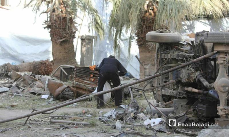 رجل وسط الدمار في الوعر المحاصر في حمص - 26 شباط 2017- (عنب بلدي)
