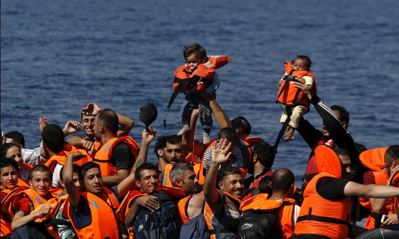 لاجئون سوريون عبروا بحر إيجة إلى اليونان (إنترنت)