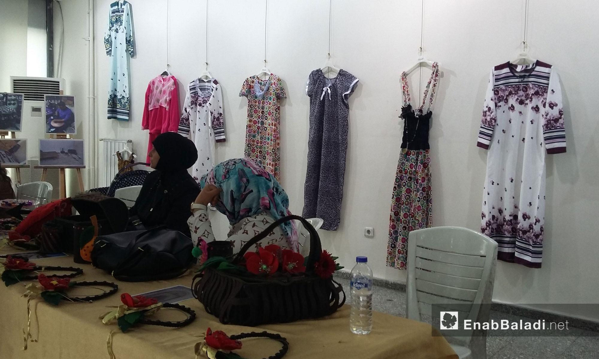 مجموعة من النساء السوريات يقمن معرضًا لمنتجاتهن اليدوية في صالة البلدية - شانلي أورفة - تركيا - 16مارس 2017 (عنب بلدي)