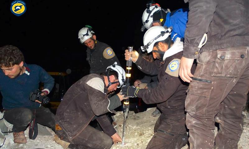 فرق الدفاع المدني تبحث عن عالقين تحت الأنقاض في كفرنبل بإدلب- 5 آذار 2017 (الدفاع المدني في فيس بوك)