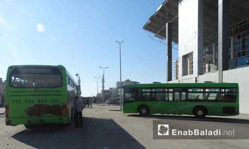 أرشيفية- حافلات خضراء في حي الوعر الحمصي- أيلول 2016 (عنب بلدي)